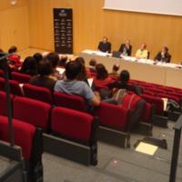 """Rosa Maria Calaf moderant un debat entre Santiago Ramentol, Josep Lluís Micó, Vicent Partal i Carles Pérez, que portava per títol """"Problemes ètics derivats de la presència i les aportacions dels ciutadans al periodisme professional"""""""